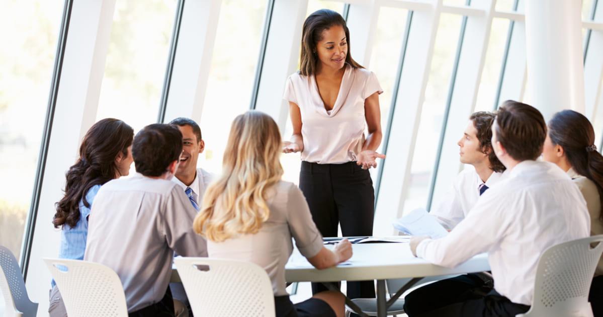 foto de uma mulher em reunião com outras pessoas, representando como empreender no jardim apolo