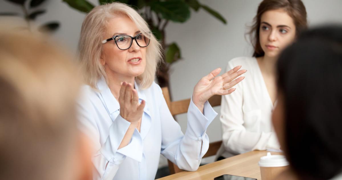 Foto de uma empreendedora conversando com seus colaboradores, representando como empreender em Taquara
