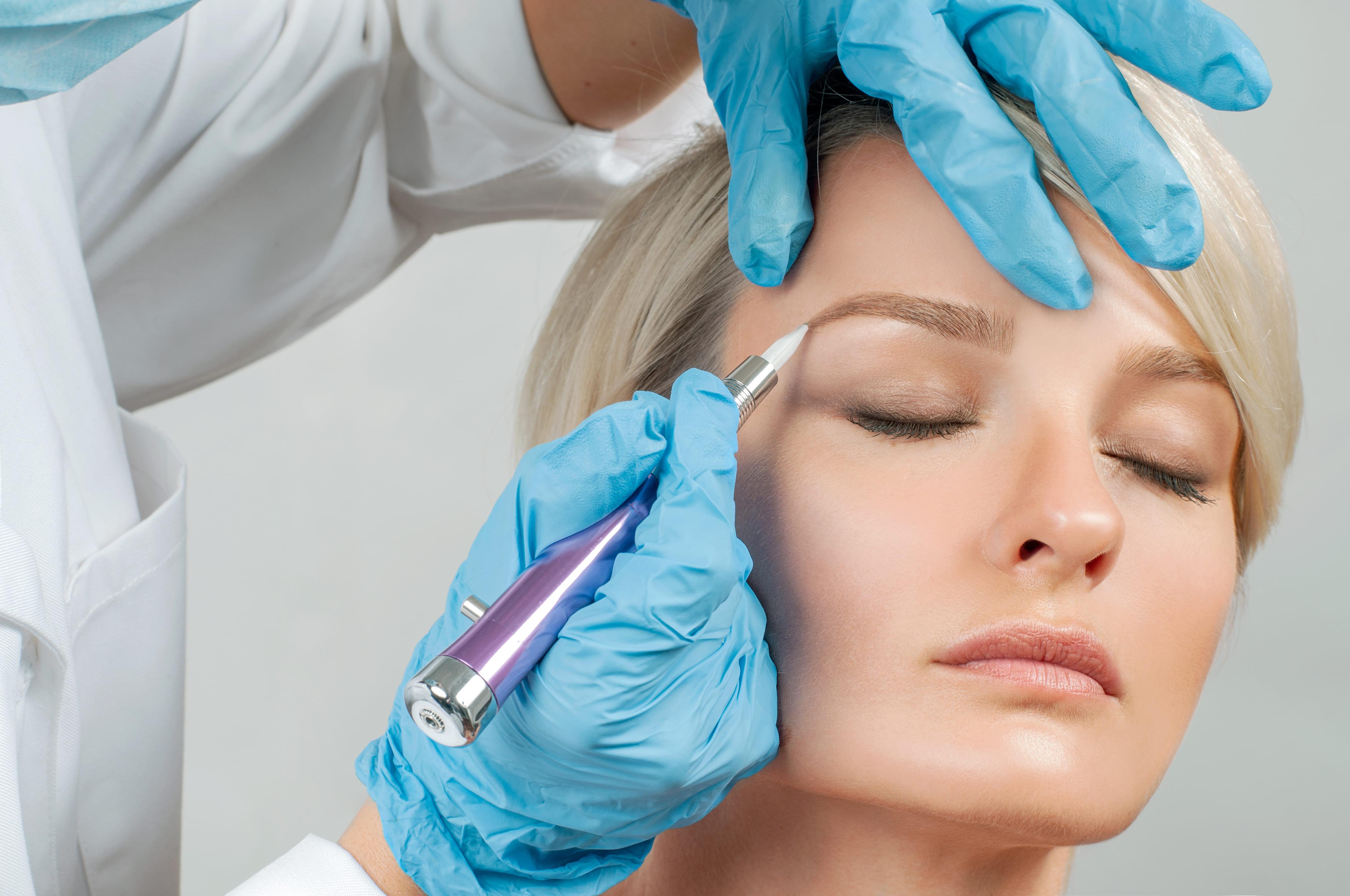 Imagem de uma mulher fazendo a sobrancelha para remeter quem deseja montar um estúdio de design de sobrancelhas