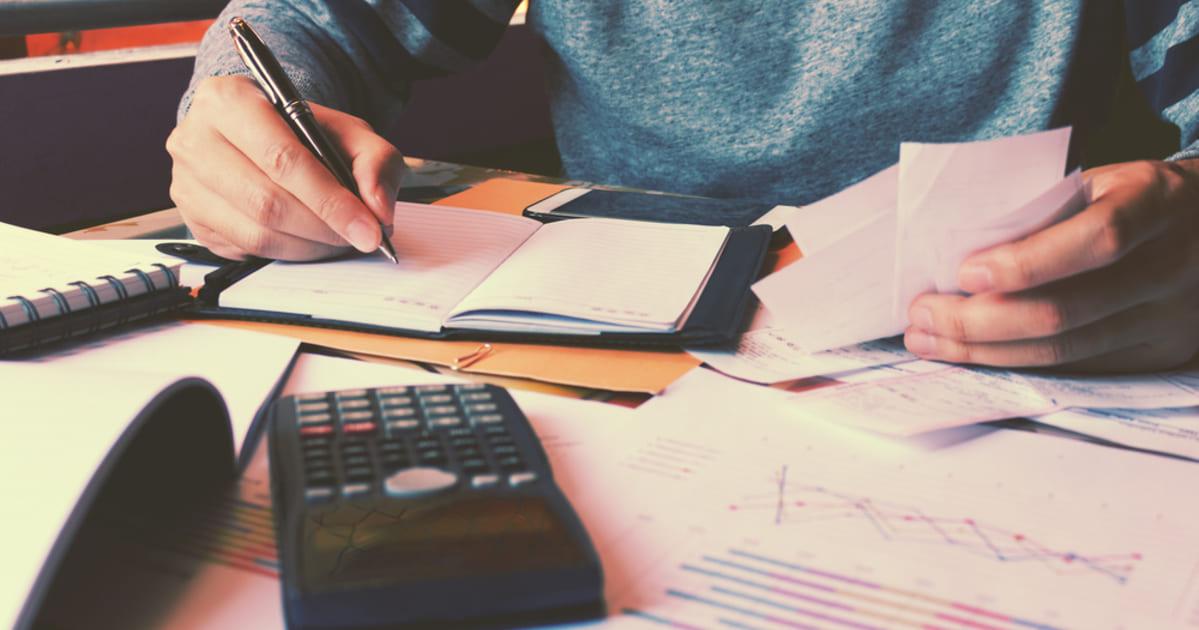 Imagem com um empreendedor calculando as finanças de sua empresa, representando como empreender na móoca