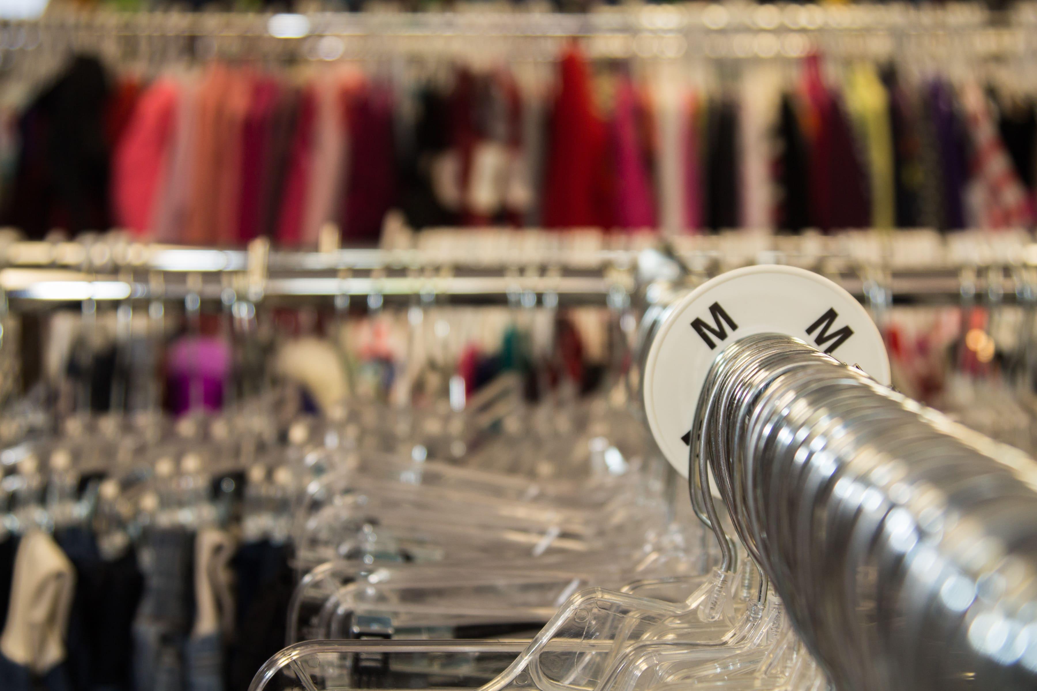 Imagem de uma arara de roupas para remeter quem deseja saber como revender roupas