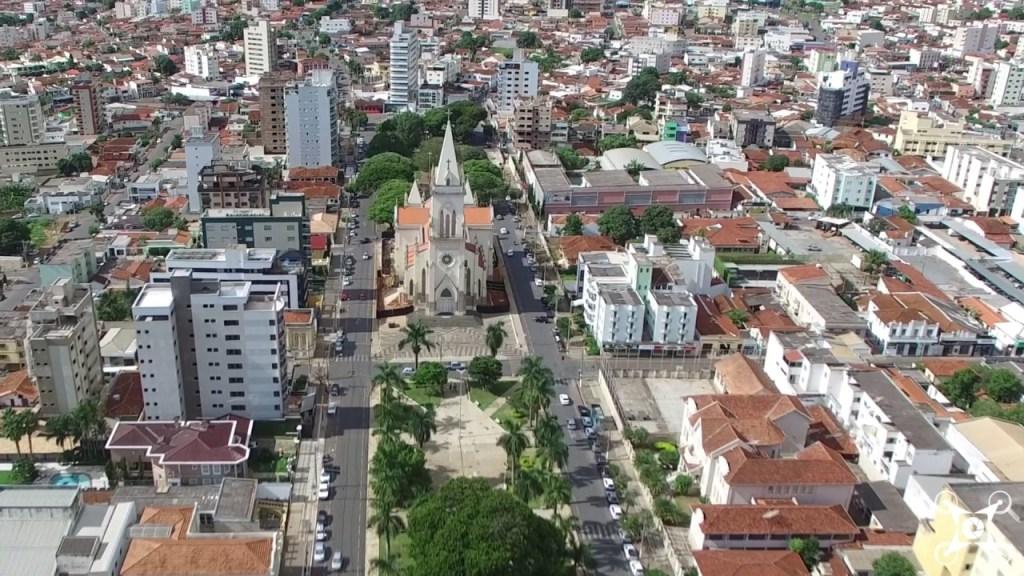 Foto aérea da igreja no centro e prédios ao redor, representando como abrir empresa em patos de minas
