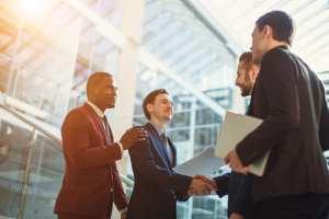 foto de homens apertando as mãos, representando a ética profissional