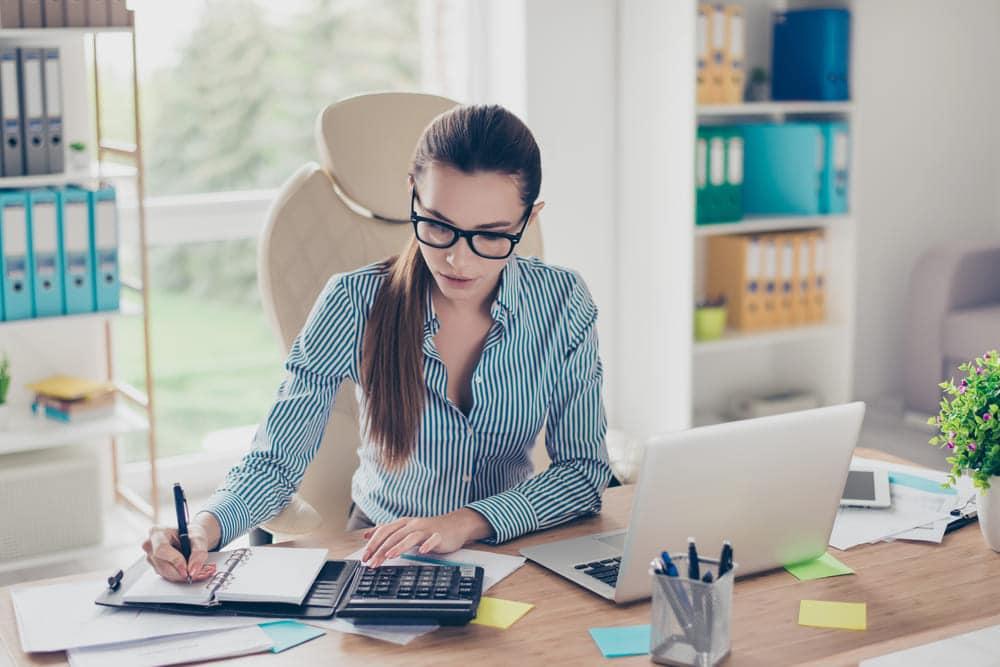foto de uma contadora trabalhando, representando a dúvida se contador pode ser mei
