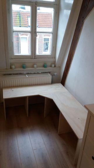 hoekbank meubelmaker witgebeitst nijmegen student studenten studentenkamer studentenhuis maatwerk hout underlayment plaatmateriaal ontwerp smeltkroes honigcomplex honigfabriek