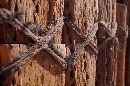Le portail de l'église de San Pedro de Atacama, en bois de cactus et cuir de lama