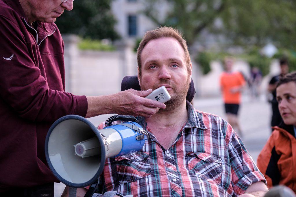 Matthias Grombach mit Megaphone.
