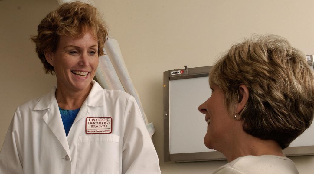 Médica conversando com uma paciente