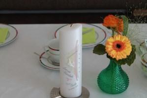 Tischdekoration und Taufkerze