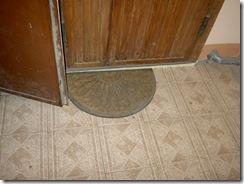 Наркоманы под дверь. На полу ищут ключ. 015
