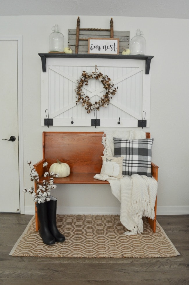 Adore this fall entryway by Farm Fresh Homestead. Grab the best fall entryway ideas on https:ablissfulnest.com/ #falldecor #falldecorating #fallentrydecor