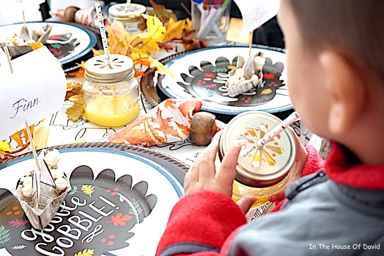Thanksgiving Mayflower place cards tutorial. Step by step guide to make these for the kids! #thanksgivingdinner #thanksgivingkidstable #placesettingsforkids
