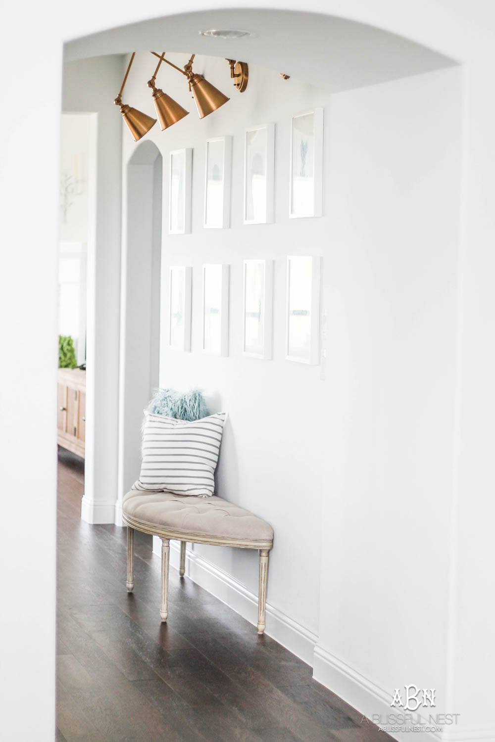 If you have a small entry but want big style, then grab my tips on creating a gorgeous inviting space! #entrywayideas #entryway #entrywaydecor