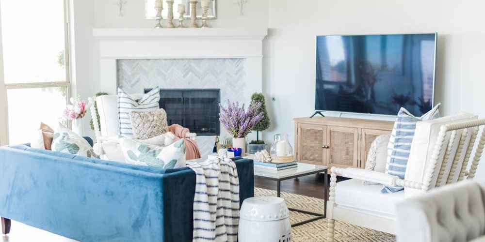 Gorgeous summer living room home decor ideas to bring some summer color into your home! #summerhomedecor #summerdecor #livingroom #livingroomdecor