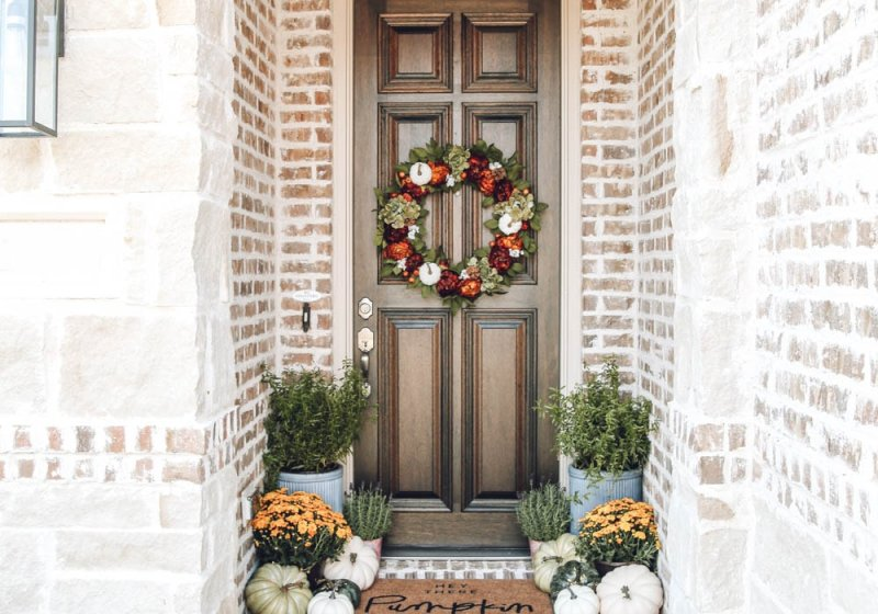 Autumn colors in this fall front porch. mums, pumpkins, hey there pumpkin door matt mixed with burnt orange, muted greens and touches of golden yellow. #ABlissfulNest #fallporch #falldecor #fallinspiration