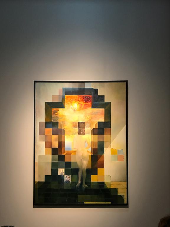 Dieses Bild ist eigentlich zwei Bilder: aus der Nähe die Frau Dali's, Gala, von weitem jedoch der Umriss des Kopfes von Lincoln. Im Museum stehen Ordner mit Spiegeln bereit, um den Effekt des Lincoln-Kopfes besser zeigen zu können. Vom Bildschirm etwa 3-4m wegbewegen hat den gleichen Effekt.
