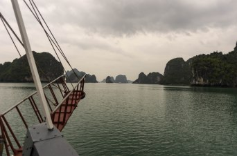 Then we ended up in Halong Bay, in northern Vietnam. Although the weather wasn't entierly on our side it was still gorgeous! The water was pretty darn cold to swim in though.