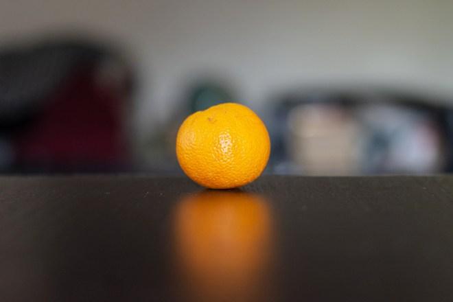 Foto einer Orange auf einem Tisch