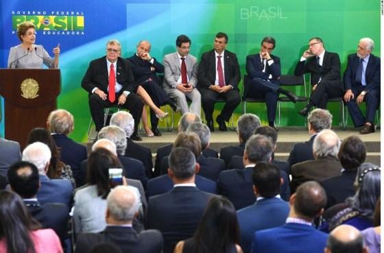 Dilma no Planalto com militantes vermelhos