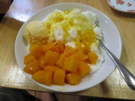 白いのはマンゴーシロップ添えのかき氷です。