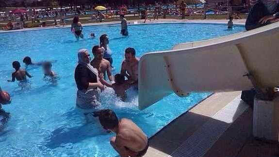 Responsabilidad de la Comunidad por caída en duchas de piscina por suelo no antideslizante.