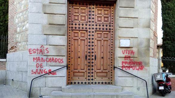 Pintadas a las puertas del templo madrileño