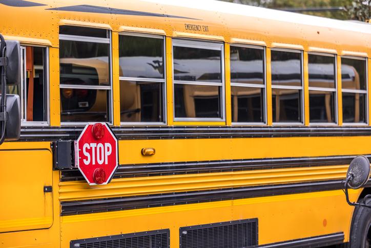Autobús escolar involucrado en un accidente de varios vehículos en la calle 131 y el bulevar Avalon en Los Ángeles, CA