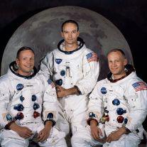صورة لأعضاء رحلة أبولو 11 التي حملت أول إنسان هبط على سطح القمر