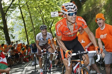 533893-euskaltel-euskadi-rider-anton-of-spain-and-ag2r-la-mondiale-rider-roche-of-ireland-cycle-during-the-