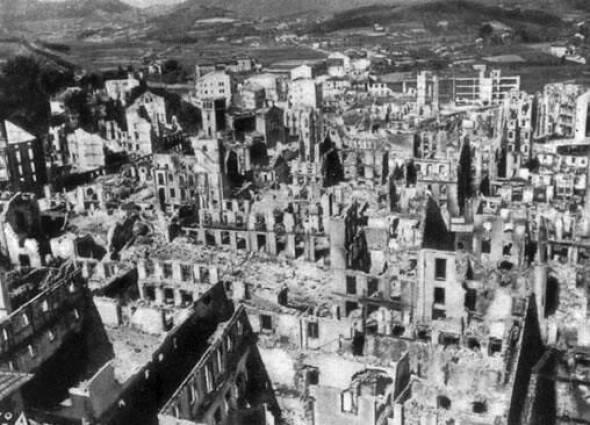 Gernika bombardeada y destruida