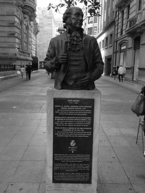 """Estatua de recuerdo a la presencia de John Adams en Bilbao y a su análisis de la """"República Foral de Bizkaia"""""""