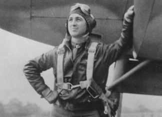 Manuel Aldecoa junto a su P-38