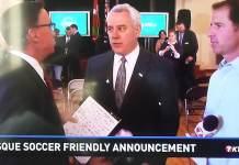 David Bieter, el alcalde de Boise, anunciando el partido de fútbol amistoso entre el Athletic y el Club Tijuana
