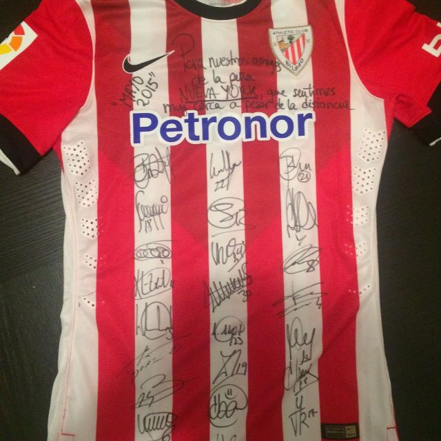 Camiseta firmada para la Peña Athletic