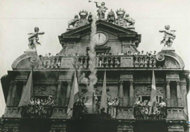 La ikurriña ondeando en el Ayuntamiento de Pamplona en los Sanfermines de 1980