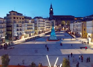 Plaza de La Virgen Blanca en Vitoria-Gasteiz tras la reforma (Wikipedia)