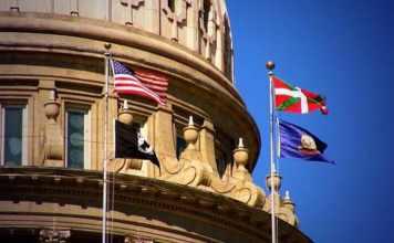 La ikurriña, junto a las banderas de Idaho y EEUU al viento en el Capitolio del Estado de Idaho.