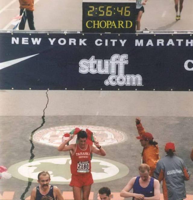 Igor Gomez Corcuera entra con la Ikurriña en la meta de la Maratón de New York en 1998