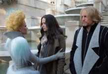 Fotograma de la nueva película de Los Juegos del Hambre, con Woody Harrelson luce un abrigo de Etxeberria.Cedida