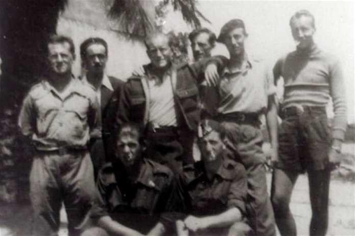 Delmer Berg, de pie segundo desde la derecha que lleva una boina, con la Brigada Abraham Lincoln en España alrededor de 1938. Crédito Brigada Abraham Lincoln Archivos