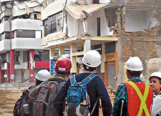 Los ingenieros de la empresa vasca Tecnalia realizaron un recorrido por Manta para inspeccionar los edificios dañados por el terremoto que afectó a la ciudad manabita. Foto: cortesía
