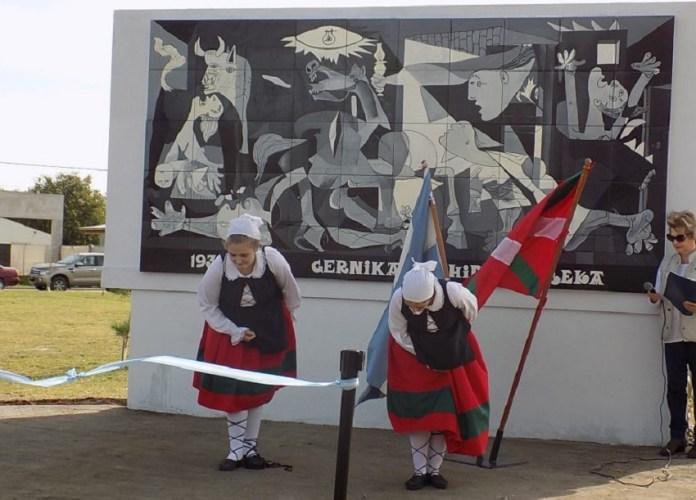 """Momento de la inauguración del """"Guernica"""" de Picasso en lo que en la """"plaza de los vascos"""" en Tres Arroyos (Argentina) -Foto Euskal Kultura"""