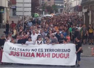 Defendants' parents recently addressed local crowds at a crowded plaza in Altsasu to reiterate that their children are not terrorists. [Altsasu Gurasoak/Twitter]