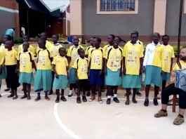 Niños de Uganda cantan txoria txori de Mikel Laboa