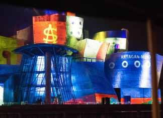 El montaje convierte al Museo Guggenheim Bilbao en el Artagan Mendi, un barco construido en los Astilleros Euskalduna y finalizado un 12 de octubre de 1917, es decir hace 100 años, ha sido uno de los elementos recogidos de forma simbólica en esta proyección.