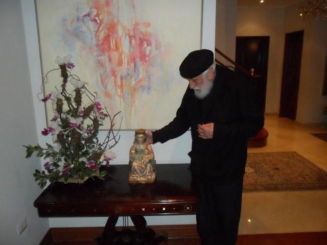 Aita Artola con la imagen de la Virgen de Aranzazu que le ha acompañado buena parte de su vida