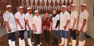 Doña Carmen Burbano de Torrontegui, (centro), acompañada por parte de su equipo de colaboradores en la única fábrica de jamón serrano que funciona en Colombia. (Foto archivo particular)