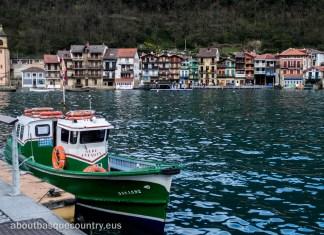 La estrecha bocana de Puerto de Pasaiaa y la motora que transporta a los pasajeros de una a otra orilla.