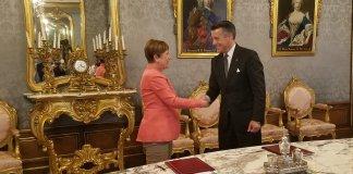 La presidenta de Navarra, Uxue Barcos, recibe al Gobernado de Nevada, Brian Sandoval.