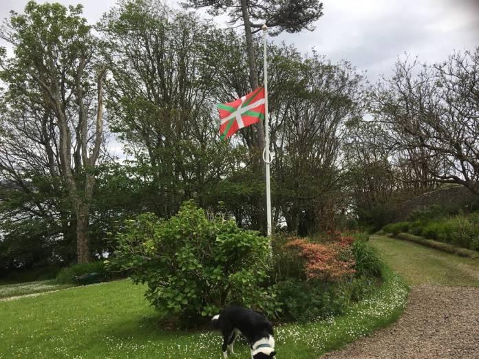 La Ikurriña ondea a media asta en los jardines de Canna House en honor y recuerdo de Magda Sagarzazu